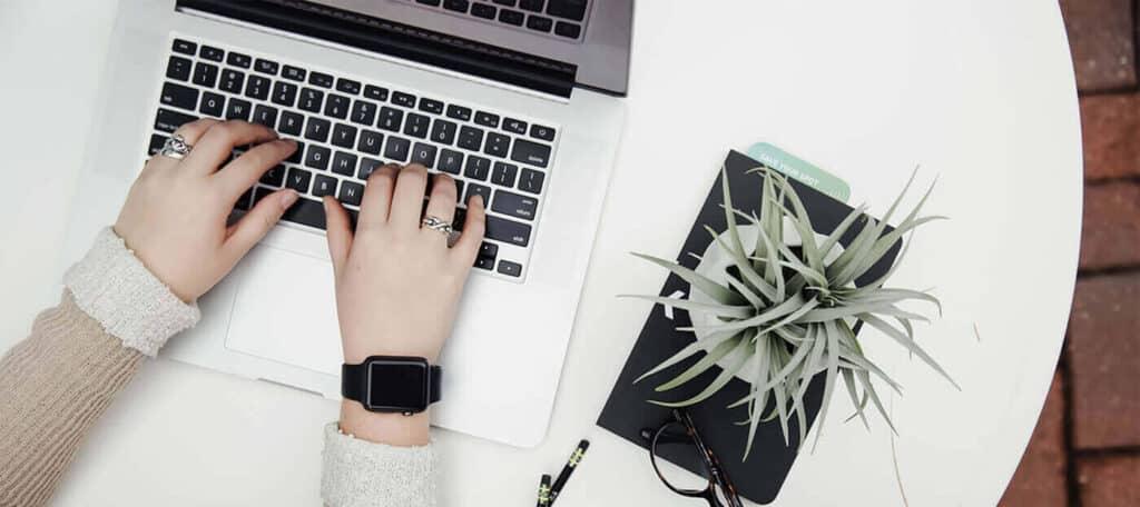 Content Marketing innebär att skapa och strategiskt publicera värdefullt innehåll som ger kunder anledningar att upptäcka er och engagera sig i ert varumärke