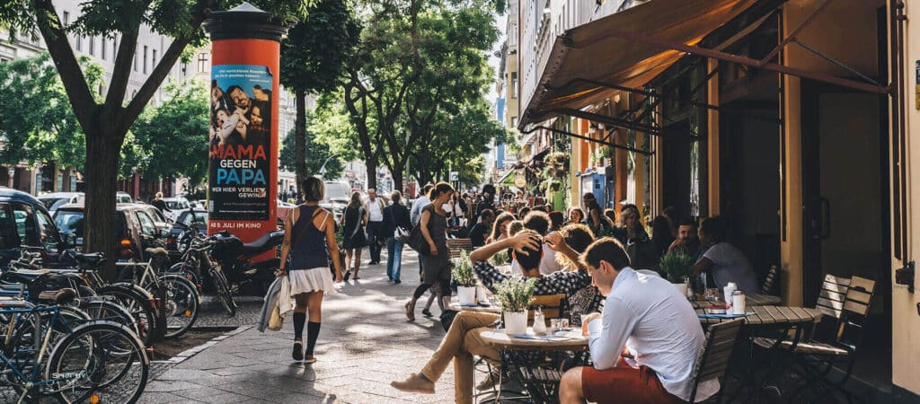 Bild på en gata med massa människor vilket gör det svårare att hitta en person likt det är att identifiera ideala gruppen